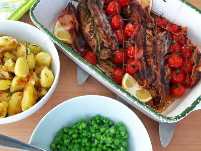 Mediterrane Hühnerbrustfilets mit Bratkartoffeln und Erbsen