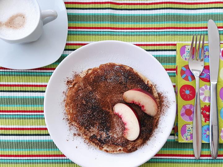 Pancakes mit Zimt-Zucker und Nektarinen